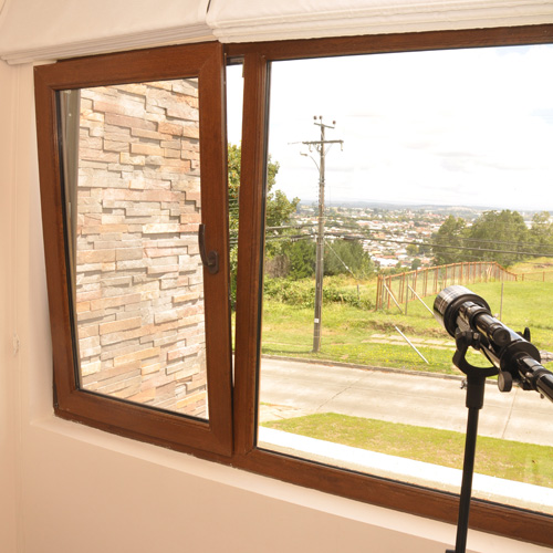 Perfiles de pvc termopaneles bow window ventanas de for Puerta oscilobatiente